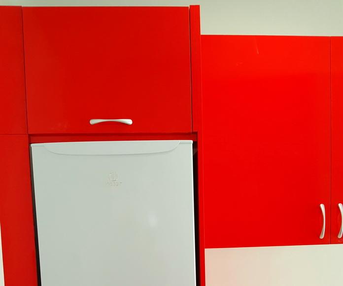 cocina con tablero rojo alto brillo, encimera blanca de formica