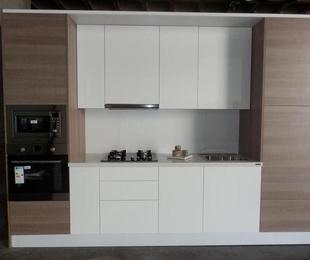 Cocina alto brillo luxe + texturas Syncron + encimera compac luna