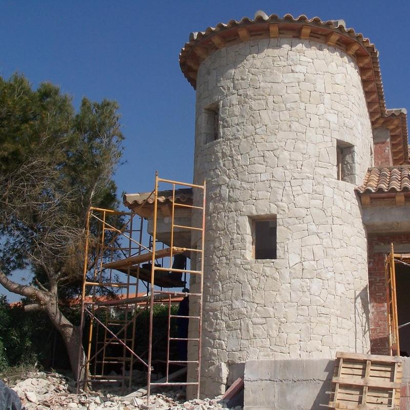 Torre redonda en piedra blanca de Novelda (Almorqui)