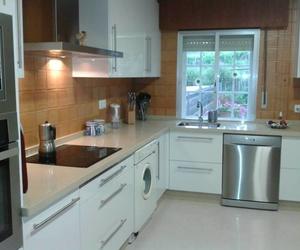 Cocina en formica blanca brillo