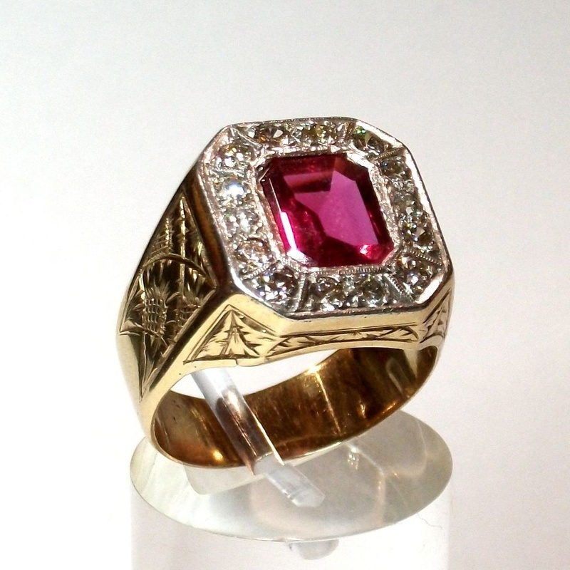 Sortija de caballero de oro de 18k con diamantes y vidrio. 50-60.: Catálogo de Antigua Joyeros