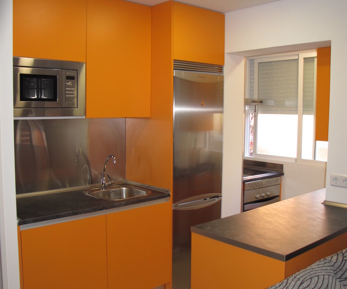 Muebles de cocina laminado mate satinado color naranja tirador integrado peninsula