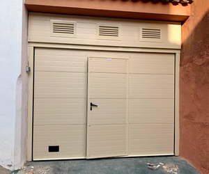 Puerta seccional con puerta peatonal en Bugarra