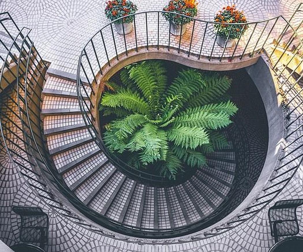 Azulejos de gran formato para revestir la escalera de tu casa