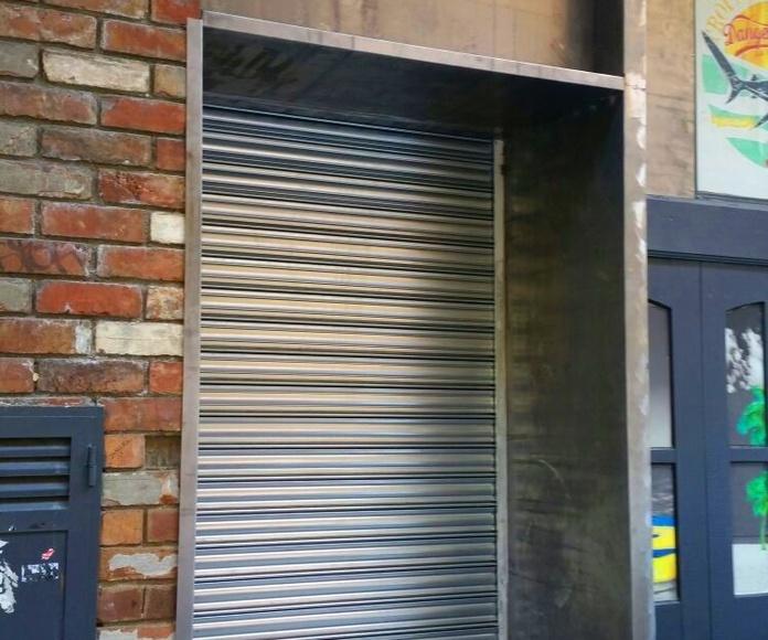 Embocadura y cierre enrollable de seguridad en fachada