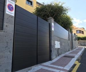 Puerta cancela garaje aluminio bronce, diseño moderno.