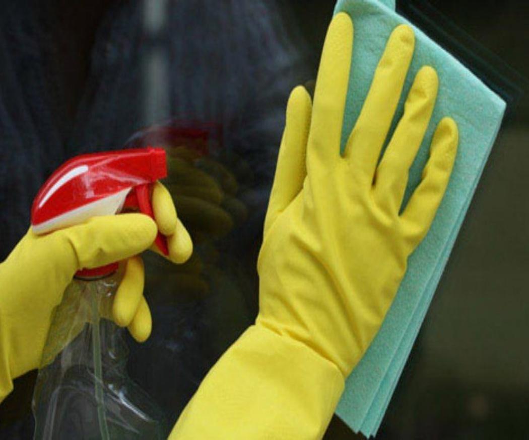 El uso de productos cotidianos para limpiar diversas superficies