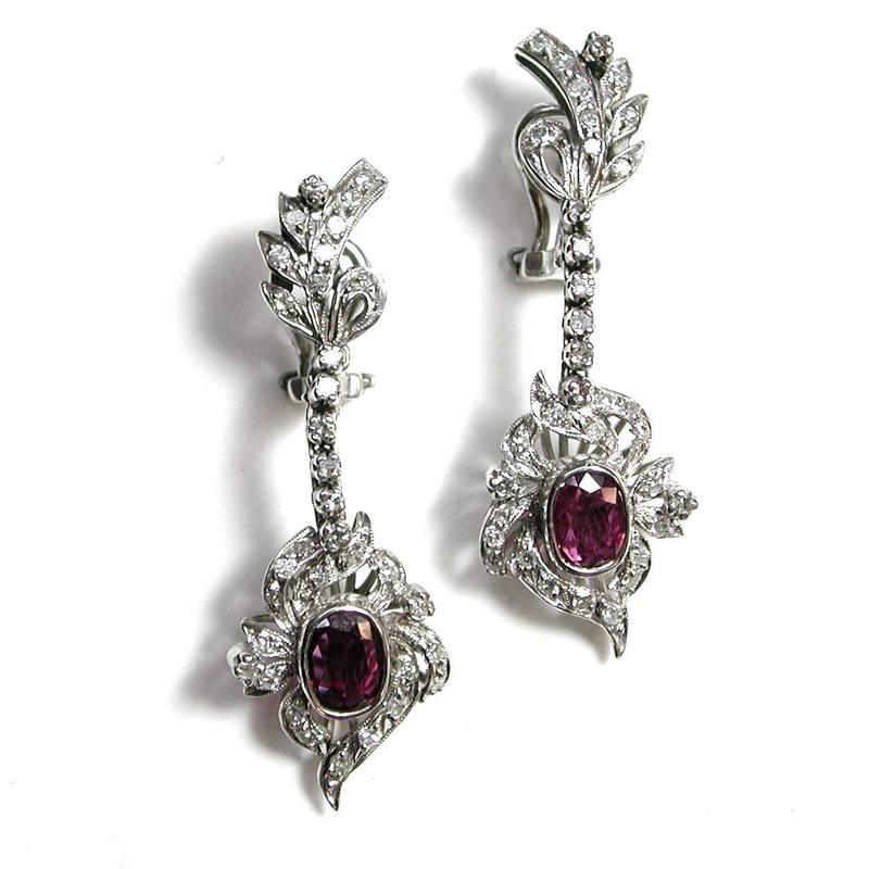 Pendientes de oro con diamantes y rubelitas. Circa: 1960-1970-: Catálogo de Antigua Joyeros