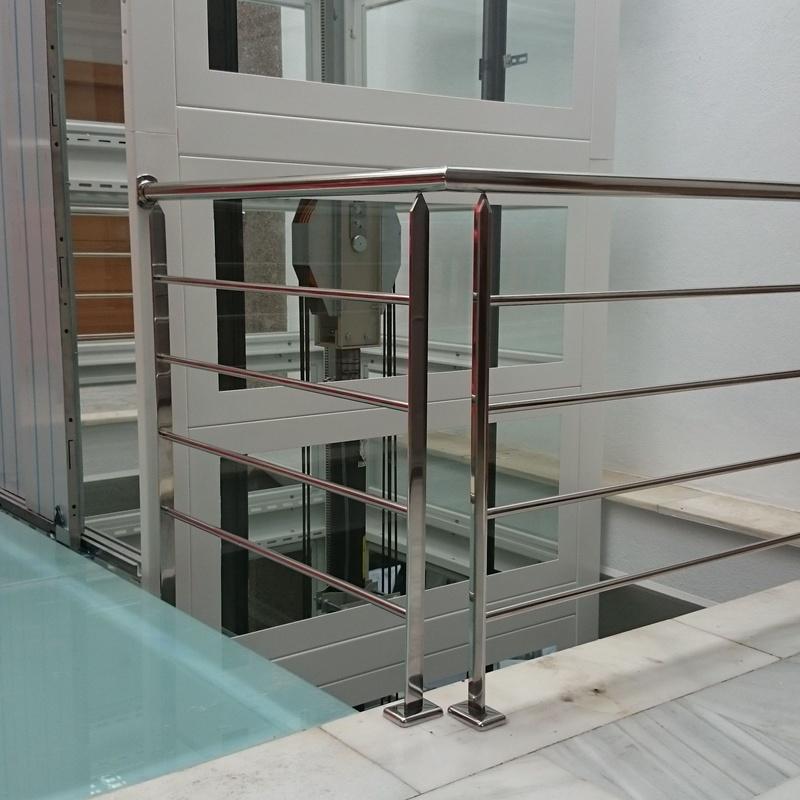Barandilla de acero inoxidable para pasarela de ascensor.
