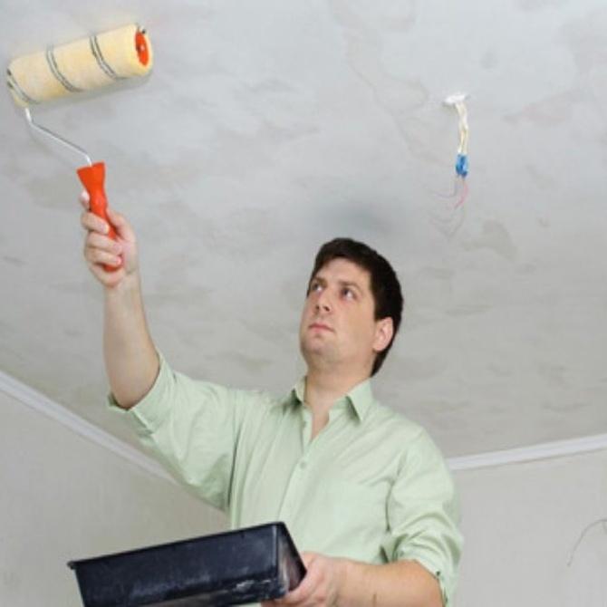 Elegir tus herramientas de pintura: cubetas, bandejas y cintas