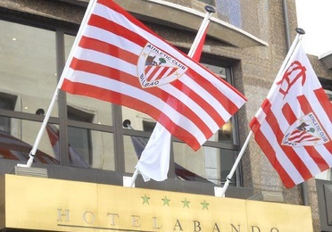 Banderas, mástiles y peanas