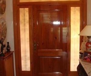 Puerta de entrada a vivienda en madera