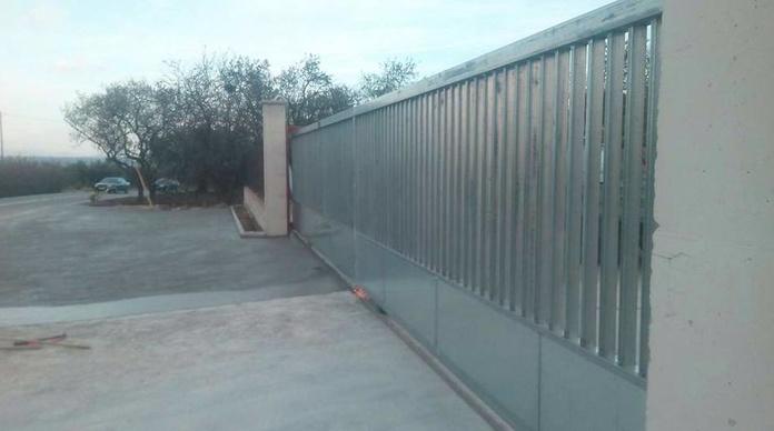 Fabricación de puertas metálicas para fábricas en Riudoms, Tarragona