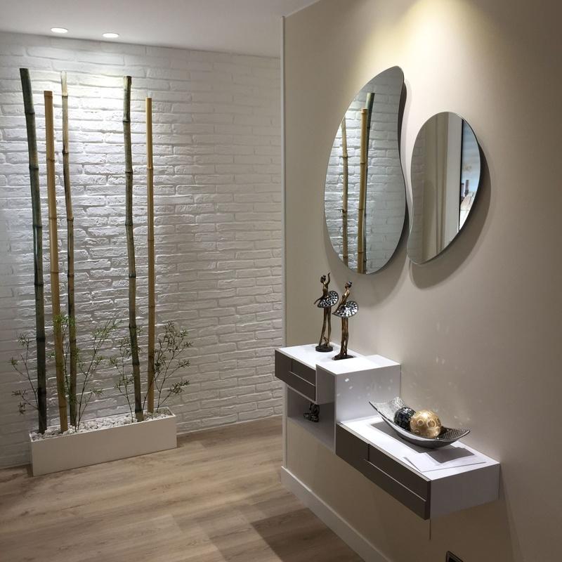 Panel decorativo y centro zen con bambús y piedras blancas