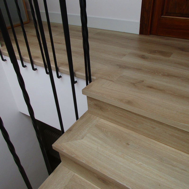 Forrado de escalera con laminado Quick Step, huella y tabica.