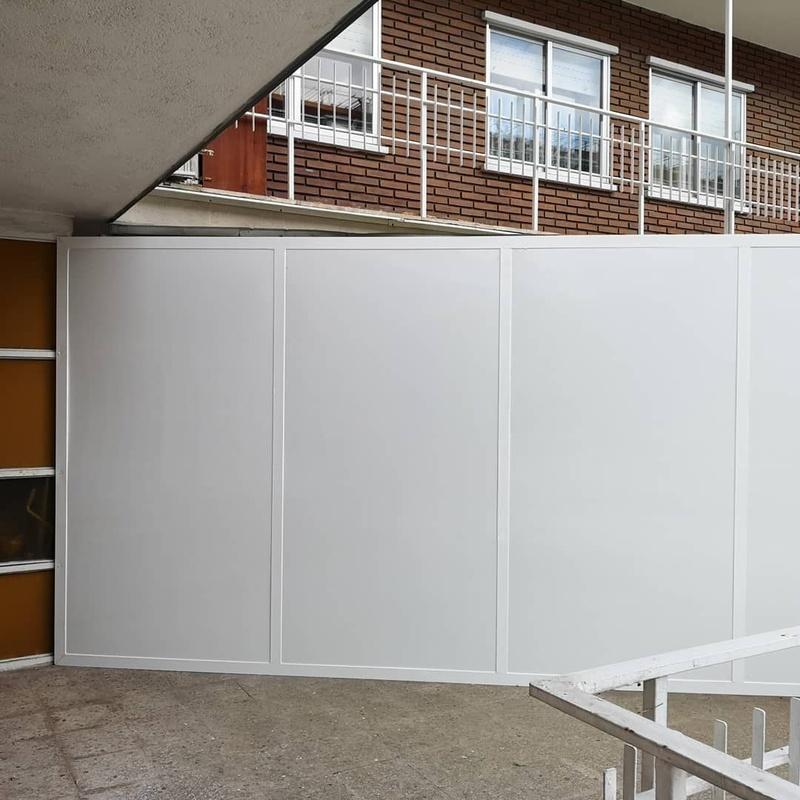 Desmontaje y colocación de cerramiento metálico por cerramiento de aluminio:  de Cerrajería Vefergal