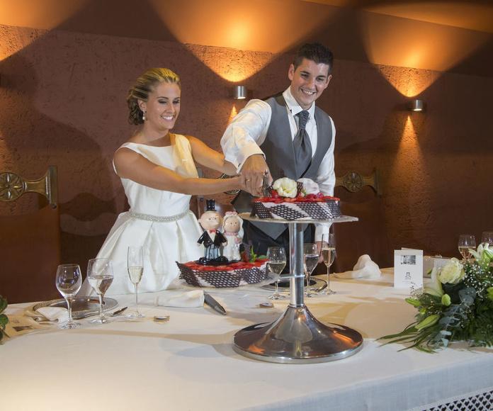 Corte de tarta durante la boda