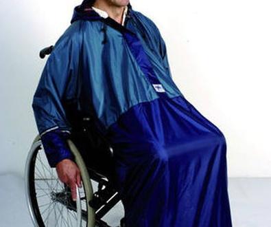 ¡No te mojarás! con el Chubasquero con mangas para silla de ruedas