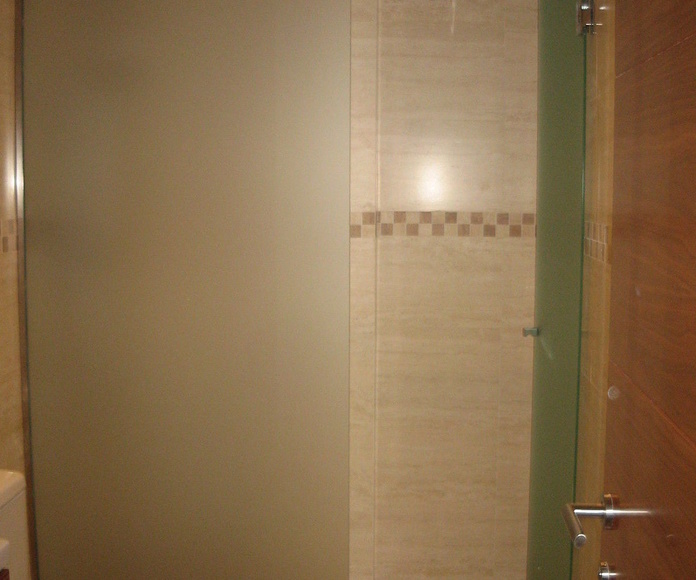 Baño con plato de ducha al mismo nivel que el pavimento, revestido con cerámica antideslizante. La mampara en cristal mate de seguridad.