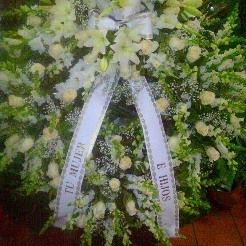 Corona natural, con rosas blancas.