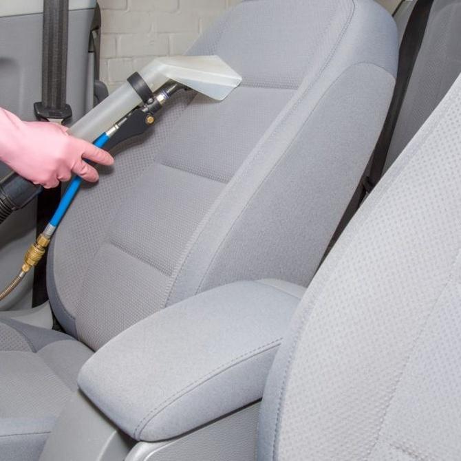 Cómo limpiar la tapicería de un coche