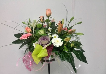 Cesta decorativa con flor natural
