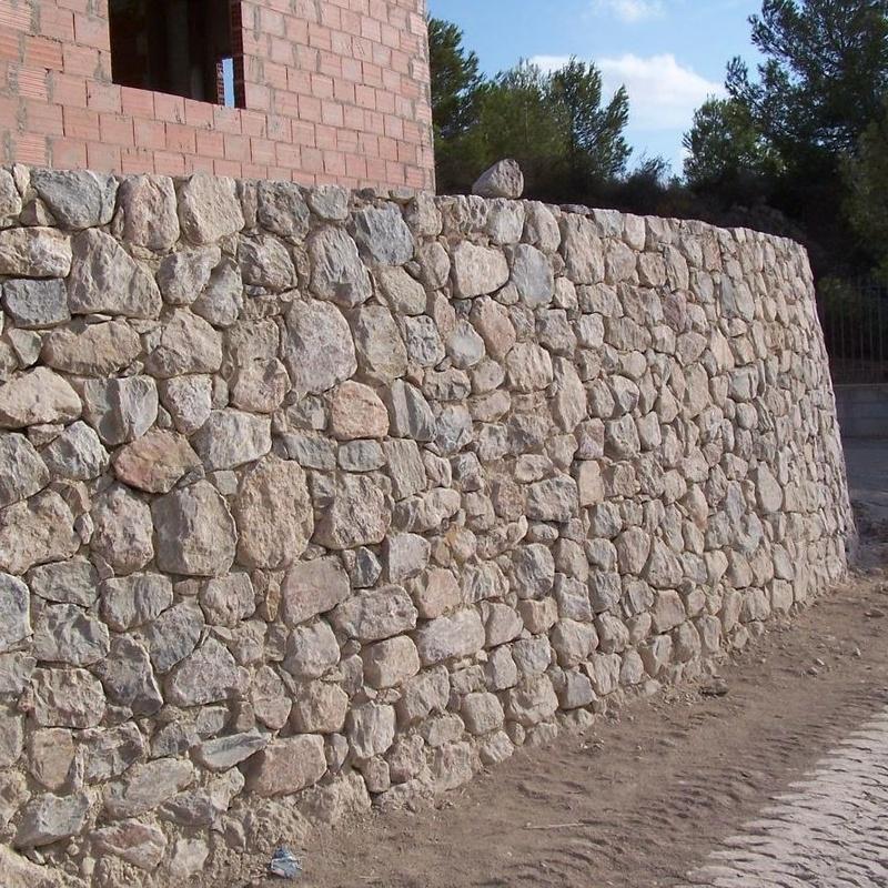 Muro de contenccion en piedra viva de Santomera