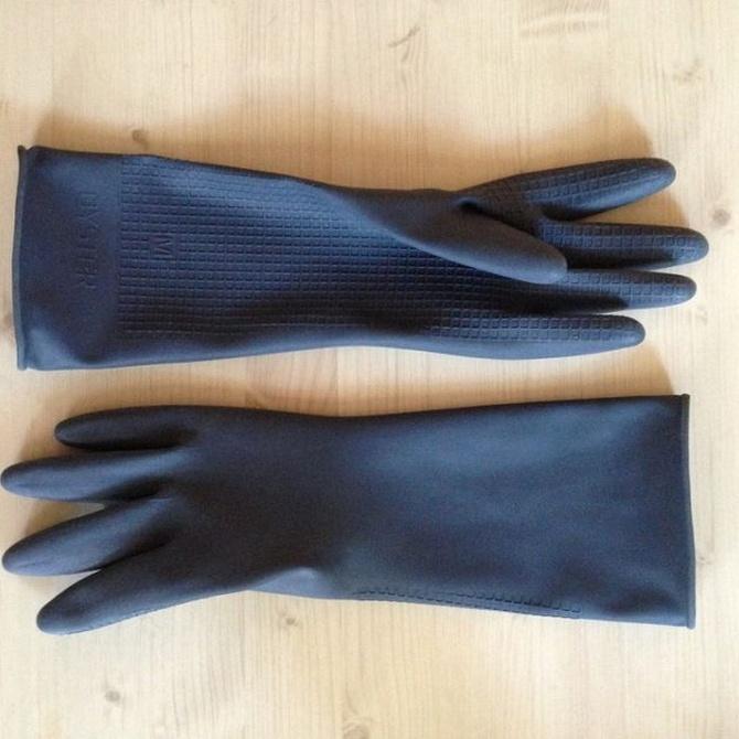 Utiliza guantes de goma siempre que vayas a quitar la pintura de un mueble viejo