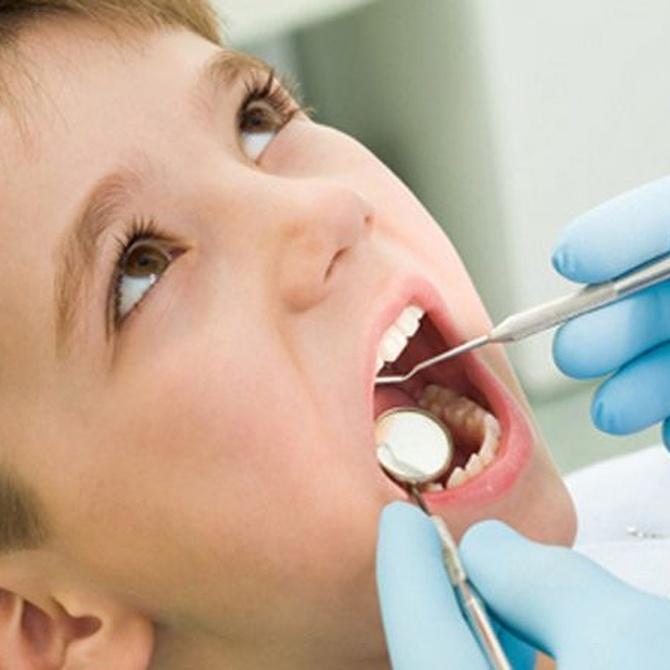 ¿A qué edad debe hacerse un niño su primera revisión bucal?