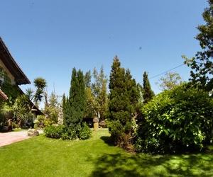 Restaurante rodeado de jardines en Gernika