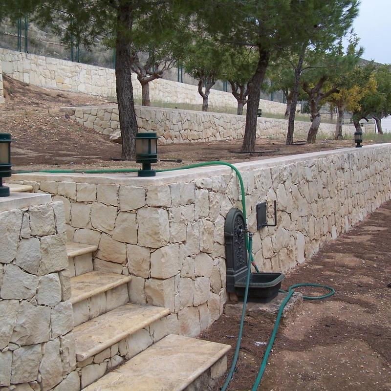 Muro en piedra blanca de Novelda (Almorqui)