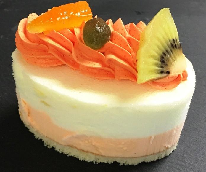 ración tanto en helado como helado caliente de pastel individual de combinación de frutas frescas.
