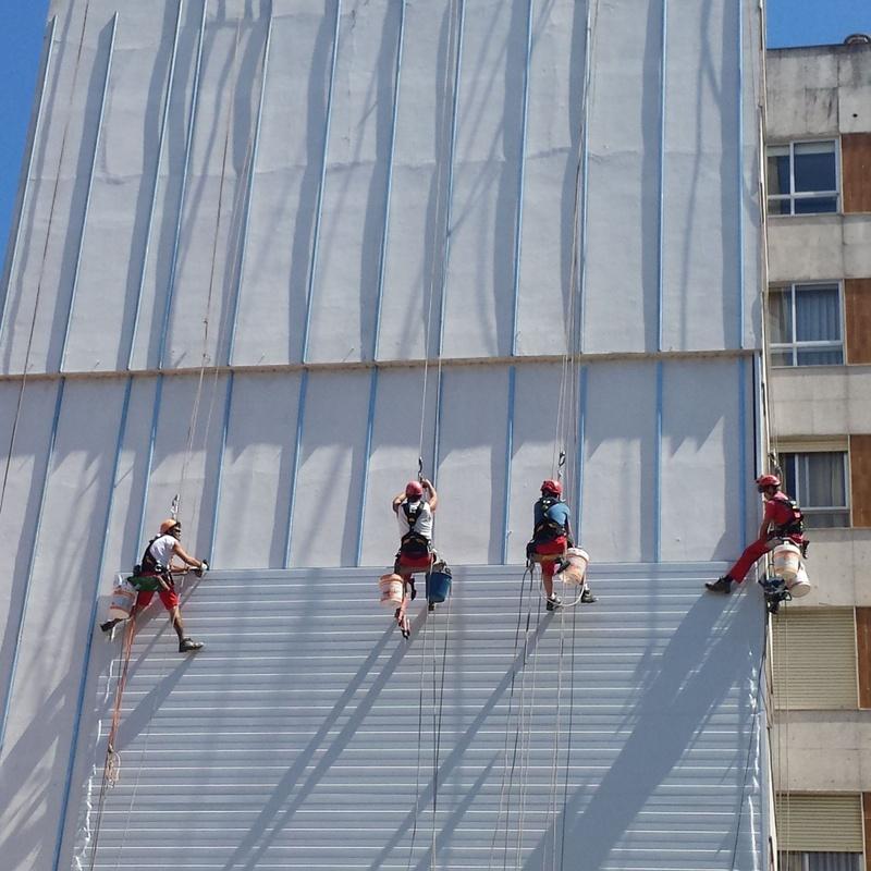Instalación de fachada medianera con panel Sandwich, en Vertical