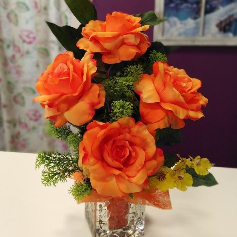 Centro de rosas naranjas