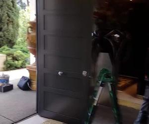 Puerta con cerradura motorizada