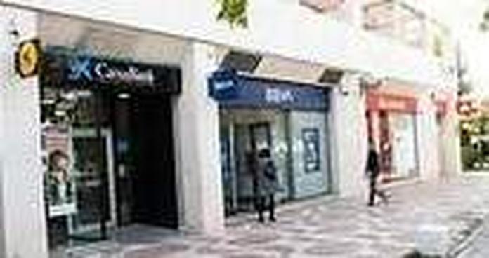 Competencia investiga a la banca por vender seguros con los créditos avalados