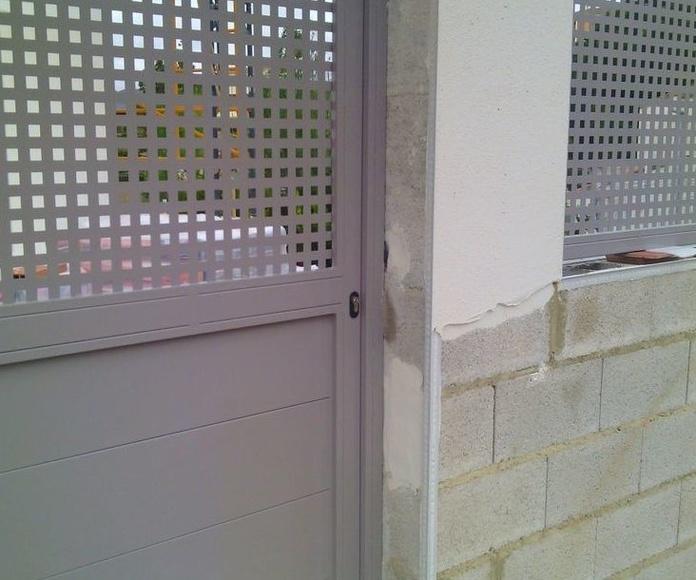 A132 Puerta metálica chapa lisa y troquelada pintada al horno