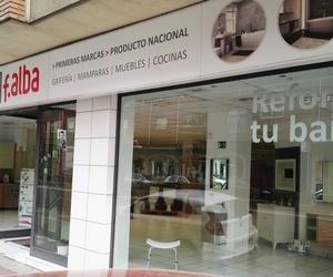 Fachada de nuestra tienda de muebles de baño y cocina en León