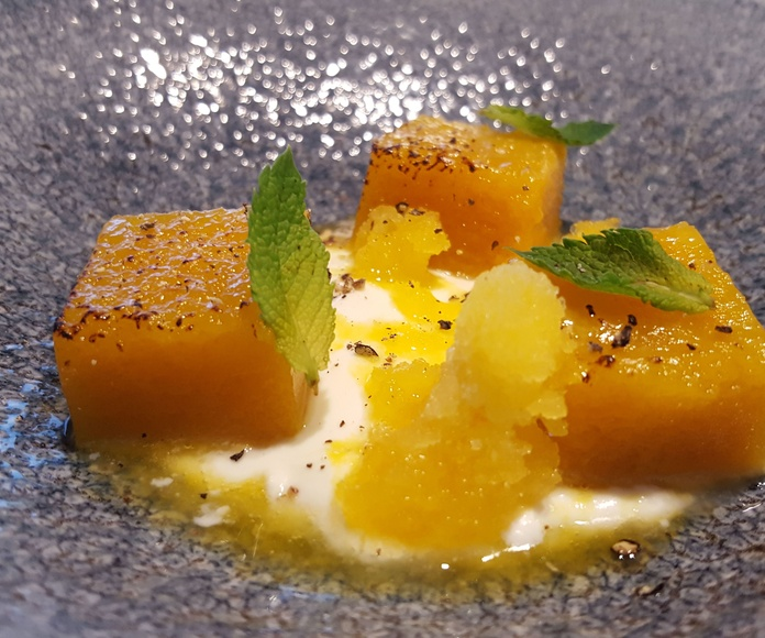Tocinillo de mango, yogurt de cardamomo y fruta de la pasión.