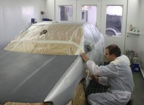 Preparació de carrosseria a la cabina de pintura