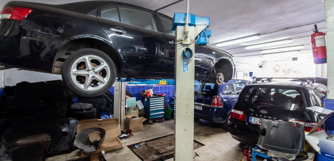 Taller de coches en Algeciras. elevador vehículos