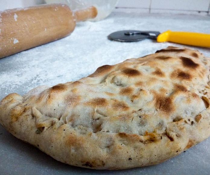 Pizza calzone: Carta de Pizzería Heladería El Paseo