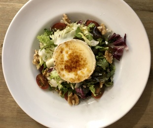 Caramelized goat cheese salad with nuts