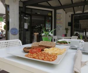 Platos tradicionales como un rico desayuno inglés con salchichas veganas