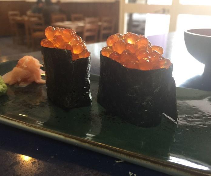 Gunkan de huevas de salmón