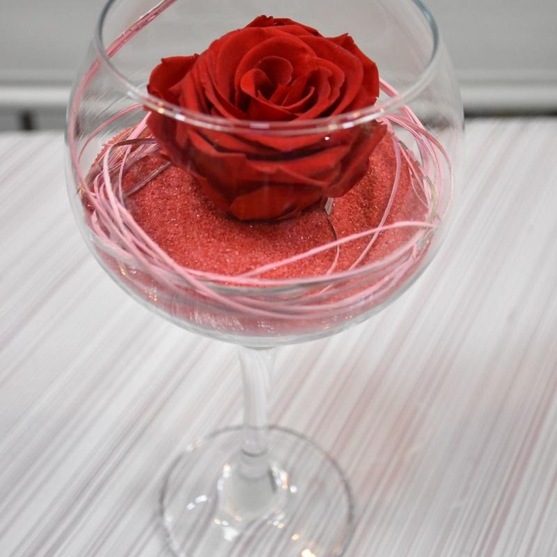 Rosa eterna en copa de cristal: Servicios de Floristería Contreras