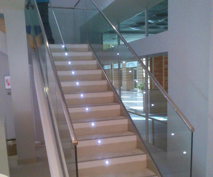 Barandilla de cristal y acero inoxidable diseñada a medida para sucursal bancaria