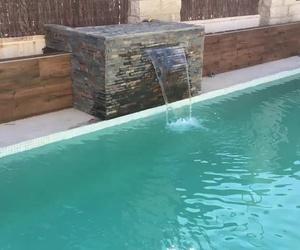 Cascada de agua en piscina