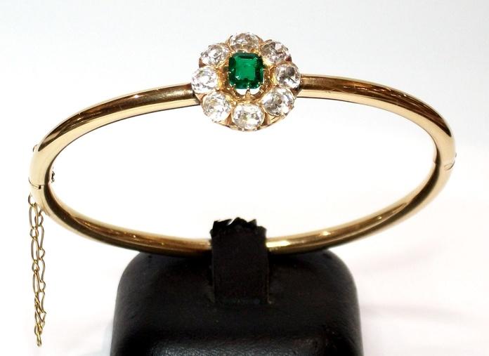 Pulsera rígida de oro de 18k con esmeralda y orla de diamantes.: Catálogo de Antigua Joyeros