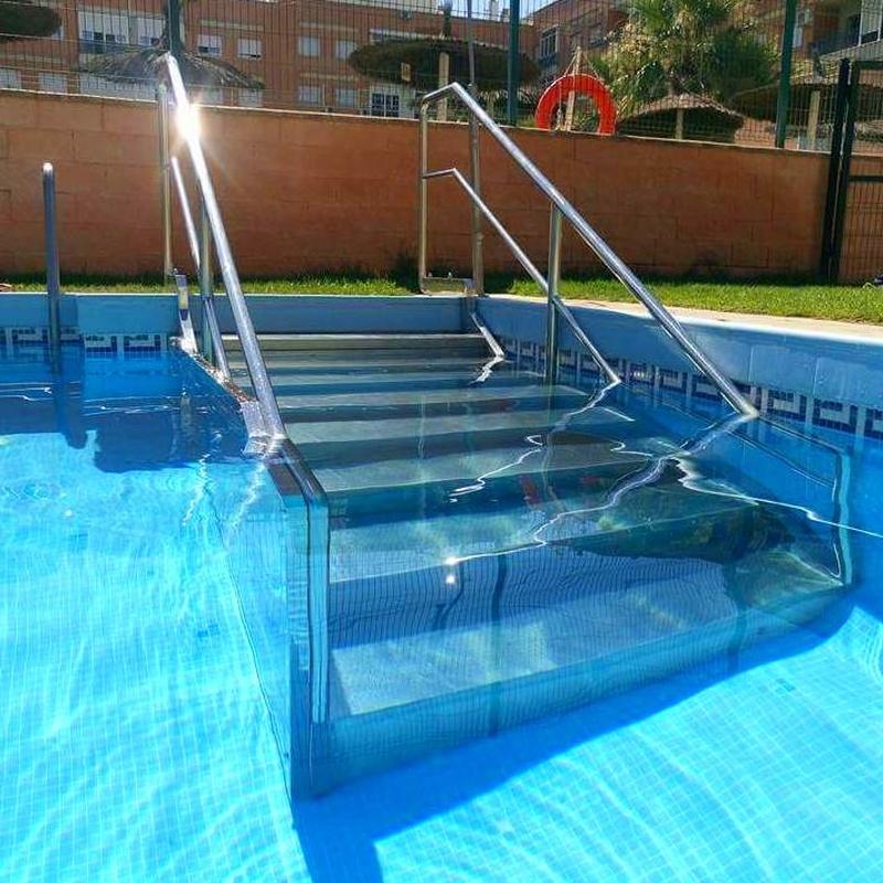 Escalera de piscina con barandilla de acero inoxidable